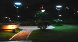 Differences between solar garden lights and traditional garden lights